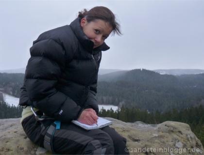 Ein bisschen kalt ist er - Claudias erster Gipfel. Eintrag ins Buch auf dem Rabentürmchen. (Foto: Hartmut Landgraf)