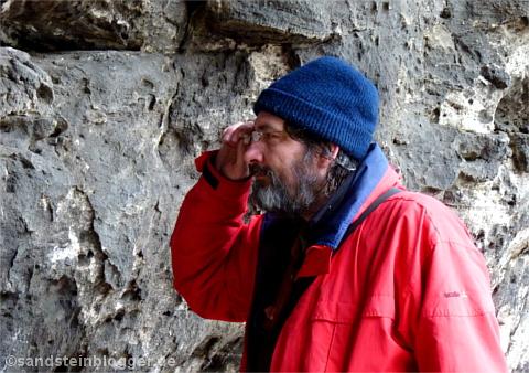 Hobbygeologe Rainer Reichstein in der Teufelsturmboofe