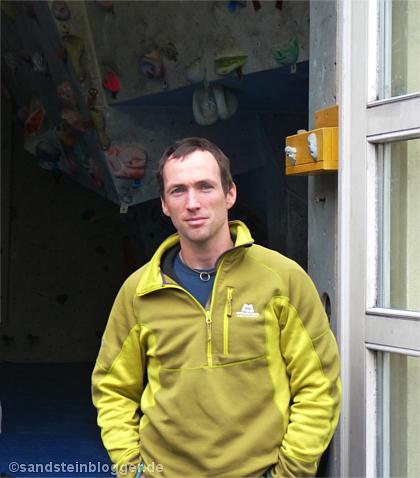 Tobias Wolf vor der Kletterhalle Bouldercity