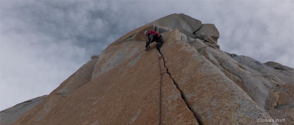 Tobias Wolf klettert in Patagonien die Route Pillar Rojo