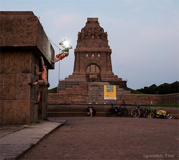 Boulderer vor dem Völkerschlachtdenkmal