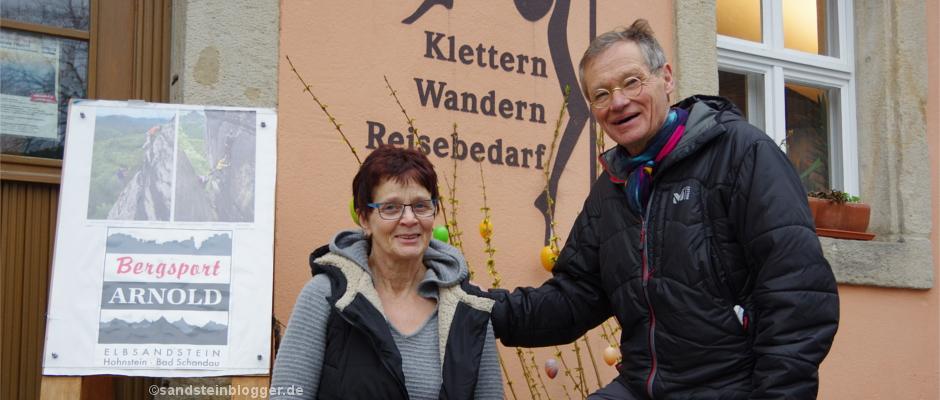 Christine und Bernd Arnold vor ihrem Hohnsteiner Klettergeschäft