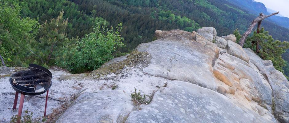 Grill auf einem Felsriff