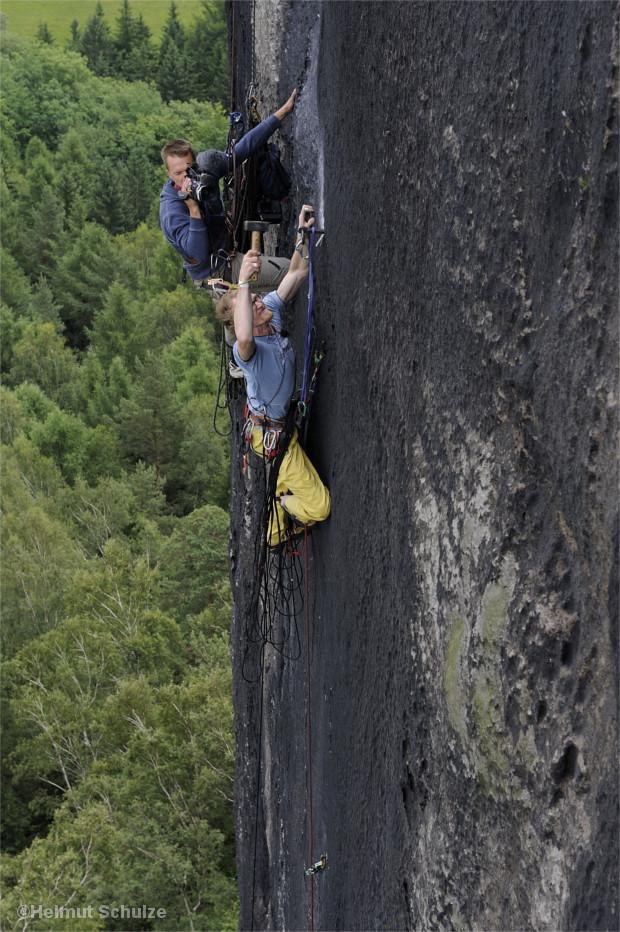 Robert Leistner schlägt einen Sicherungsring in einer neuen Route am Müllerstein