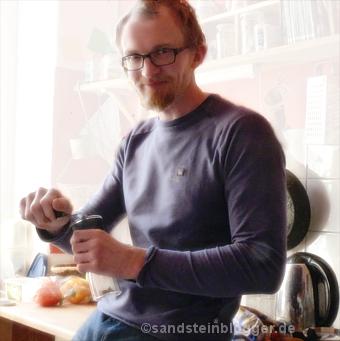 Robert beim Kaffeemahlen