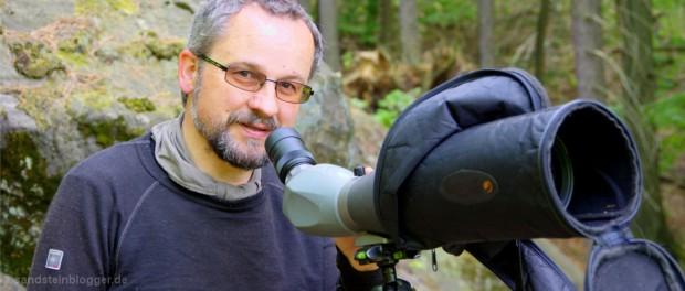 Dalekohled s velkým přiblížením pomáhá Václavovi Sojkovi při hledání hnízd. Spolu se zkušenostmi a schopností vcítit se do role sokolů. (Foto: Hartmut Landgraf)