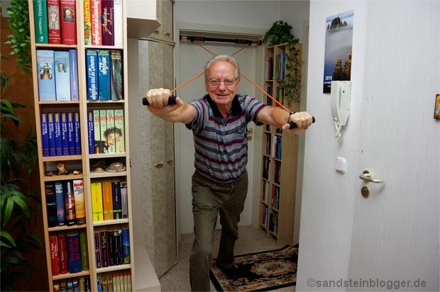 Peter trainiert im Wohnzimmer