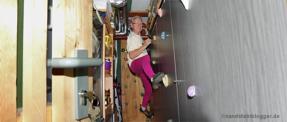 Peter Hähnel klettert in seinem Keller an einer Schrankwand