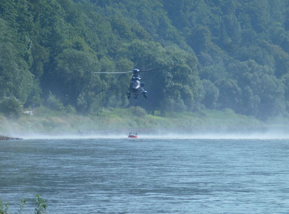 Hubschrauber nimmt Wasser auf