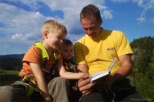 Markus Walter mit seinen Söhnen auf dem Gipfel des Rabentürmchens