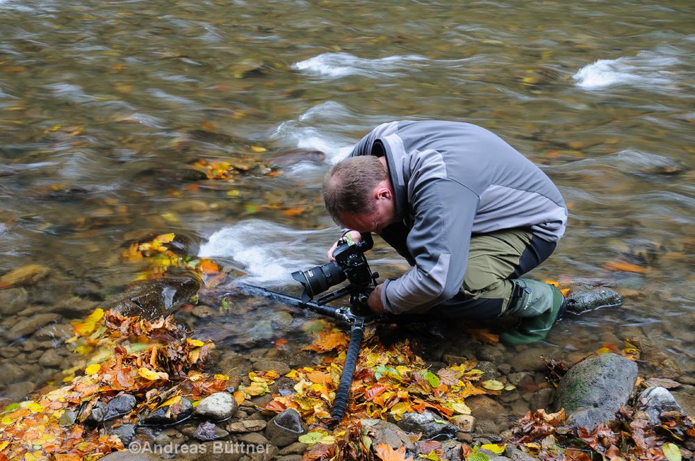 Fotograf im Bachlauf