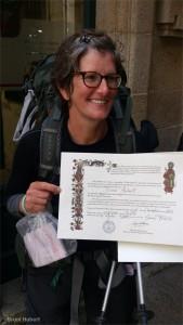Bruni mit der Pilgerurkunde Compostela.
