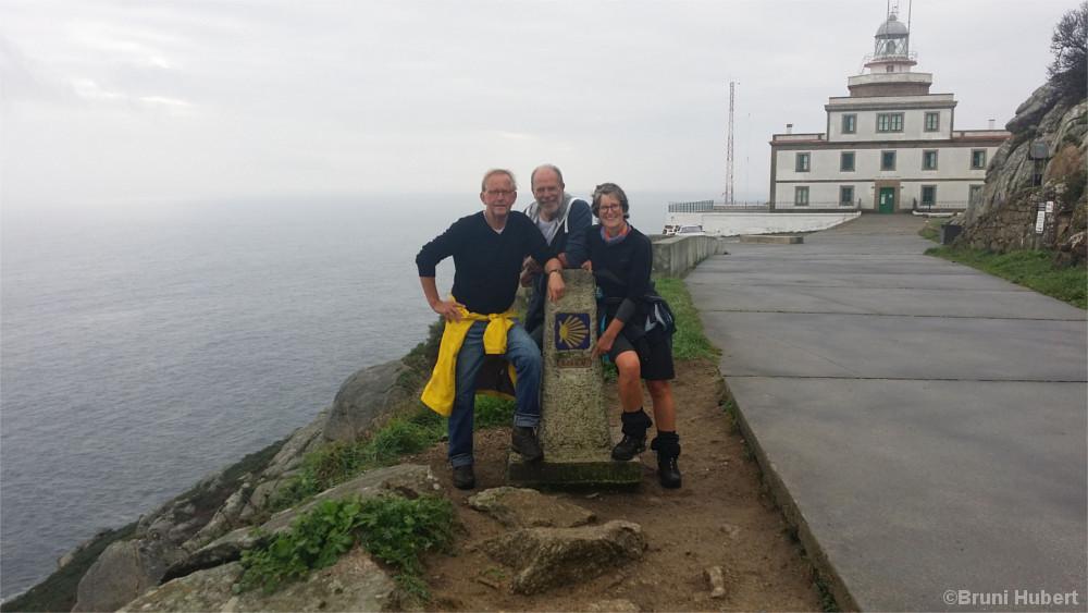 Bruni mit zwei Weggefährten am Kap Finisterre