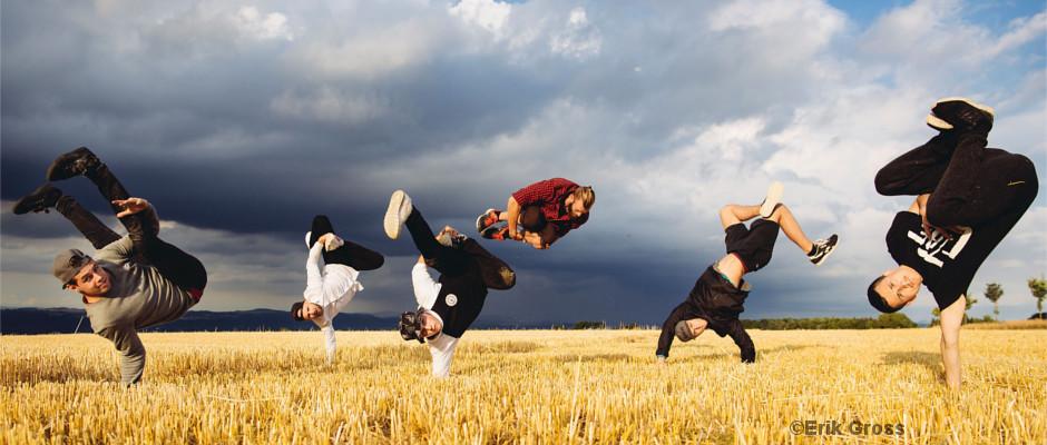 Breakdancer auf einem Stoppelfeld