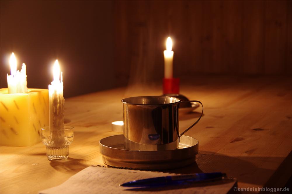 Brennende Kerzen, dampfende Teetasse, Wunschzettel