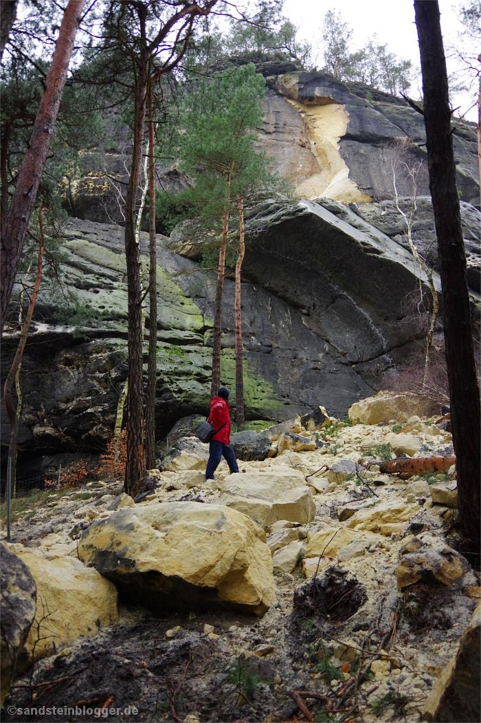 Schuttberge, Felsbrocken und Sand