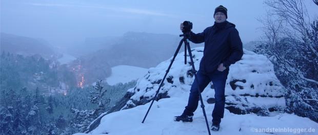 Fotograf Rico mit Kamera und Stativ auf dem Gamrig