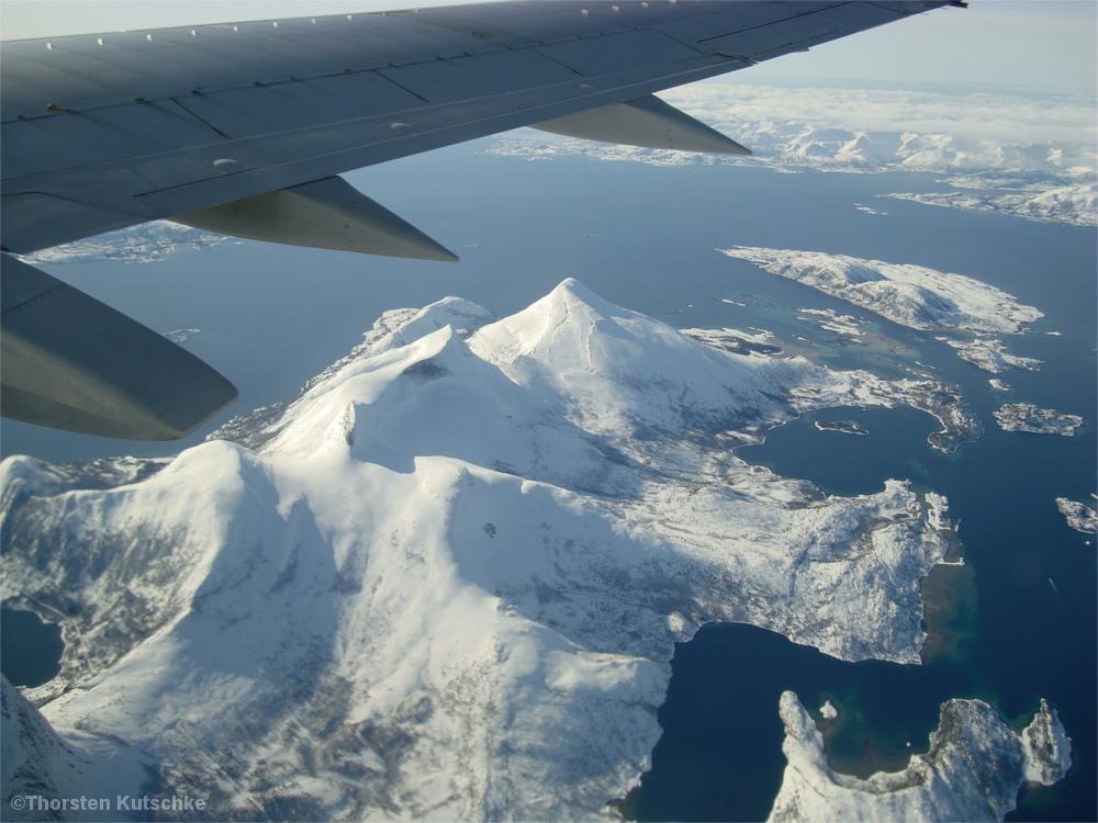 Blick aus dem Flugzeug auf die winterlichen Lofoten