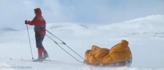 Skifahrer mit Pulka in Nordschweden