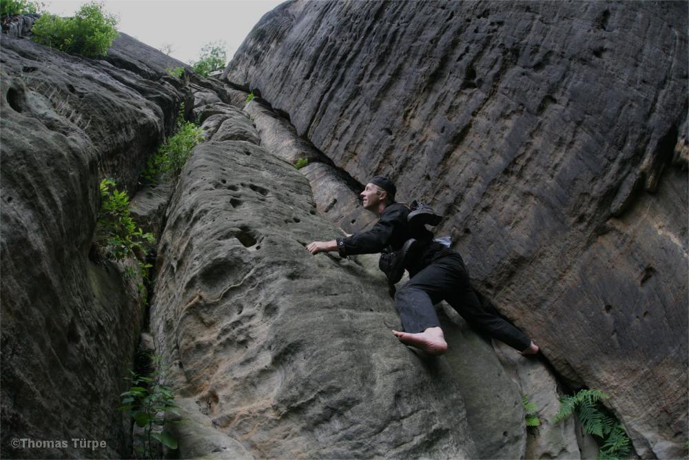 Schornsteinfeger klettert den Abratzky-Kamin