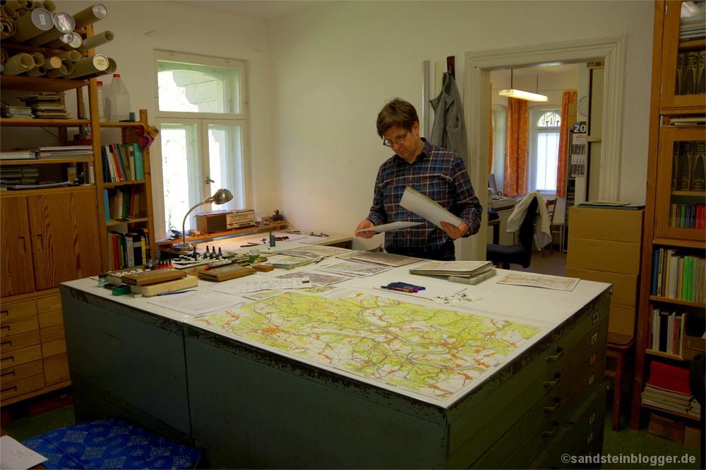 Rolf Böhm in seinen Verlagsräumen