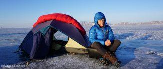 Thorsten Kutschke vor seinem Zelt auf dem Baikalsee