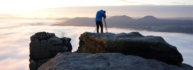 Fotograf auf dem Lilienstein, über den Nebelfeldern