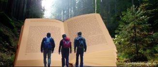 Wanderer, die in ein Buch hineinlaufen