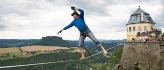 Heinz Zak spaziert auf der Festung Königstein auf einer Highline über den Abgrund