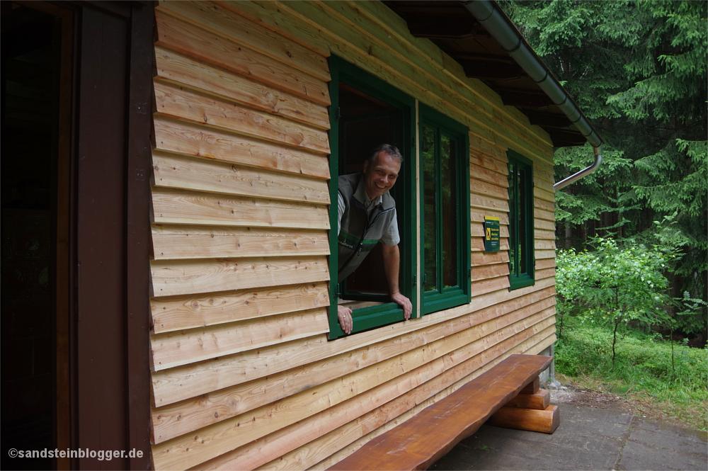 Forstbezirkschef Uwe Borrmeister am Fenster der Rotsteinhütte