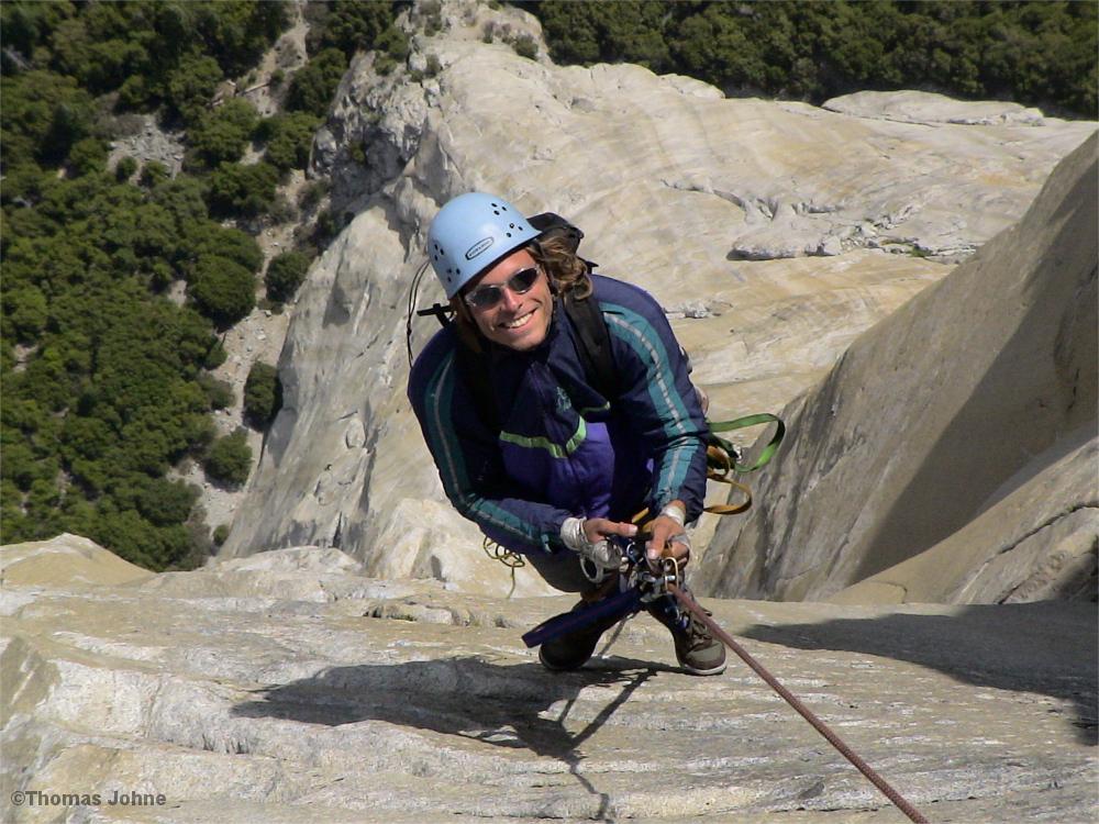 Kletterer jümart eine Seillänge an der Nose.