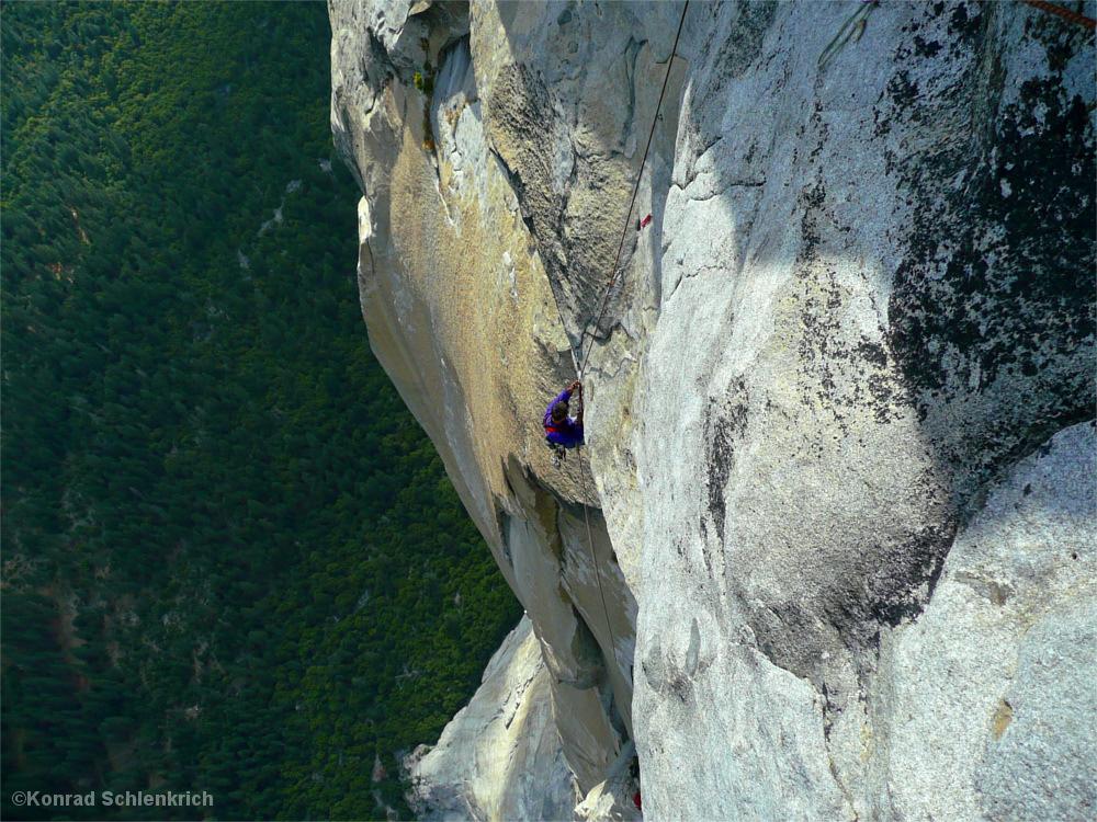 Kletterer mit tausend Meter Luft unter sich.