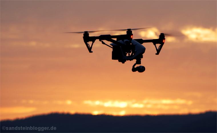 Sonnenaufgang - Quadrocopter vor rotglühendem Himmel
