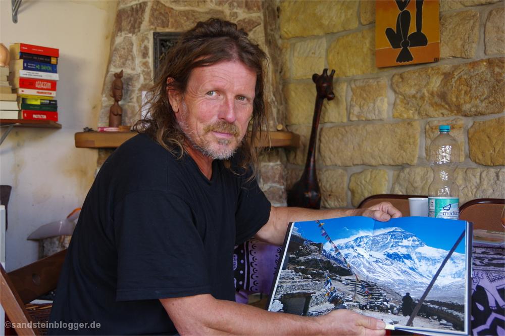 Götz mit einem Bild vom Everest