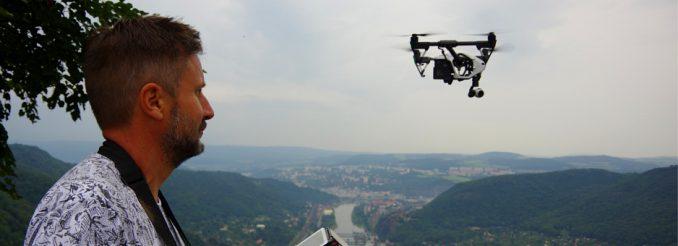 Stephan startet seinen Quadrocopter in der Nähe von Usti