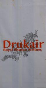 Das Staatswappen ist allgegenwärtig - eine Tüte der königlichen Drukair (Bhutan).