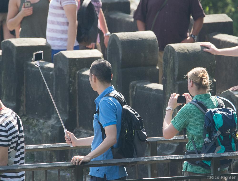 Tourist mit Selfie-Stick auf der Basteibrücke