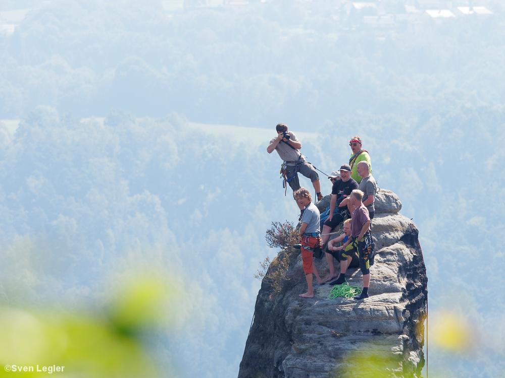 Fotograf auf dem Gipfel des Felsentors