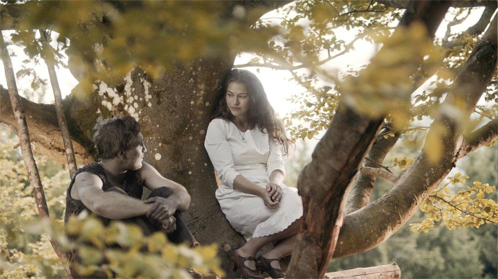 Peter Munk auf einem Baum mit der Glasmachertochter Lisbeth