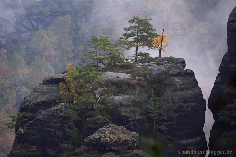 Nebel hinter einer Felsgruppe