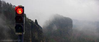 Rote Ampel vor nassen Felsen