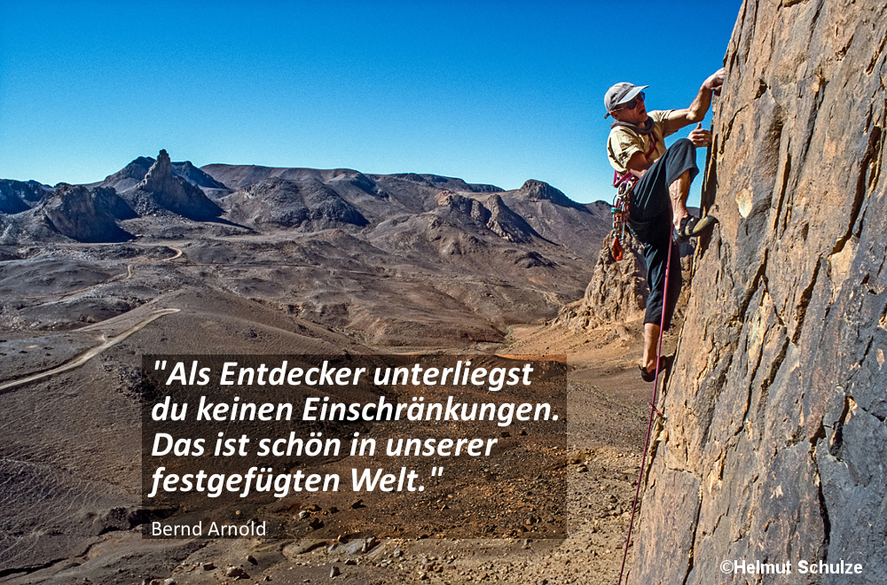 Kletterer vor Wüstenlandschaft, Hogargebirge in der Zentralsahara, Bernd Arnold