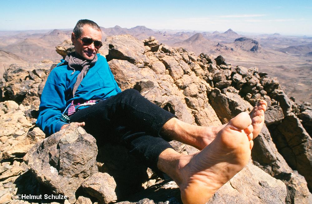 Kletterer barfuß auf Wüstengipfel