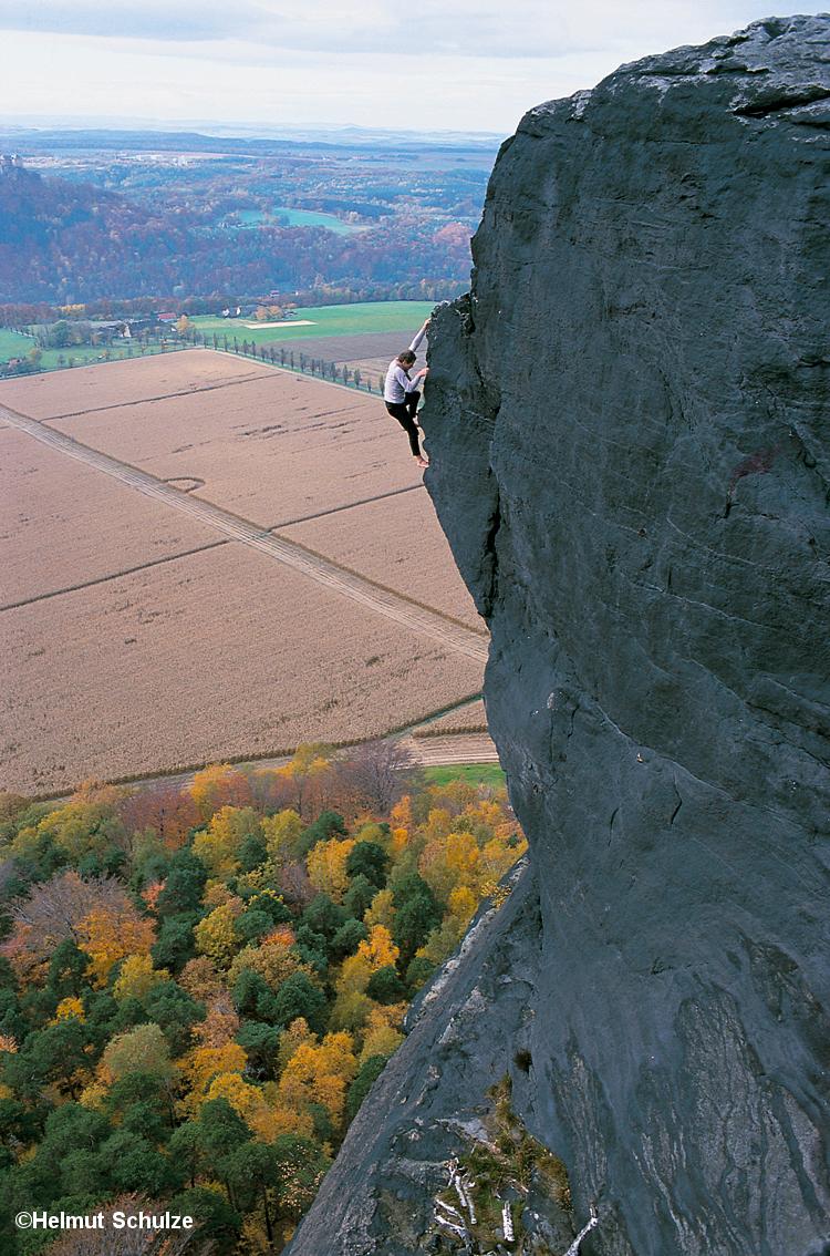 Mann klettert ungesichert am Lilienstein, Bernd Arnold