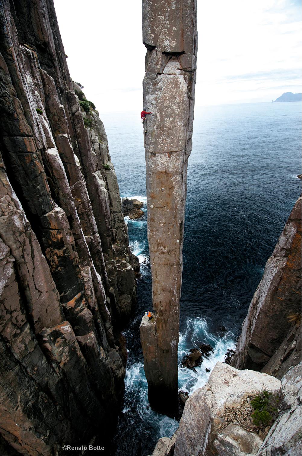 Felsnadel vor der Küste Tasmaniens, Totem Pole, Kletterer