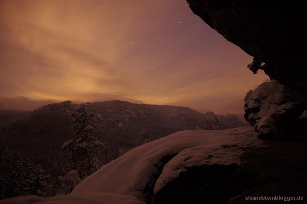 Verschneites Felsriff in der Nacht