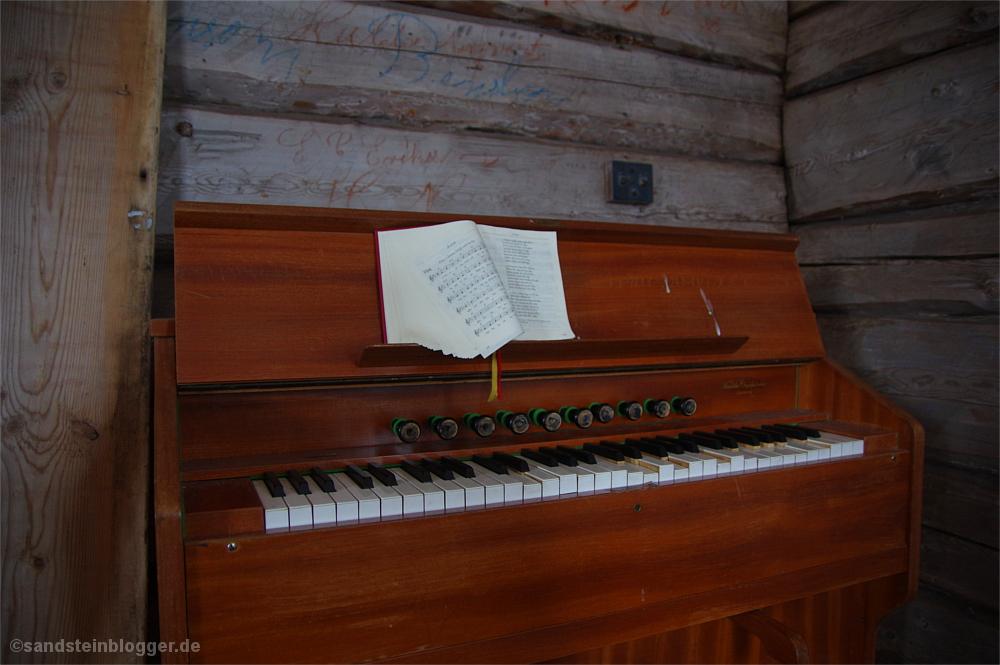 Orgel mit Notenbuch