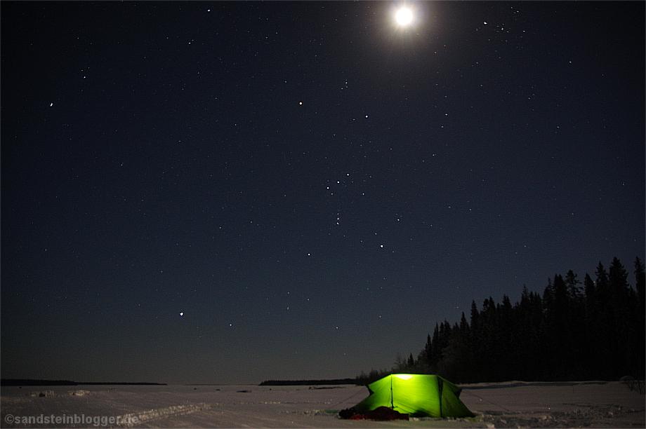 Einsames Zelt in der Winternacht