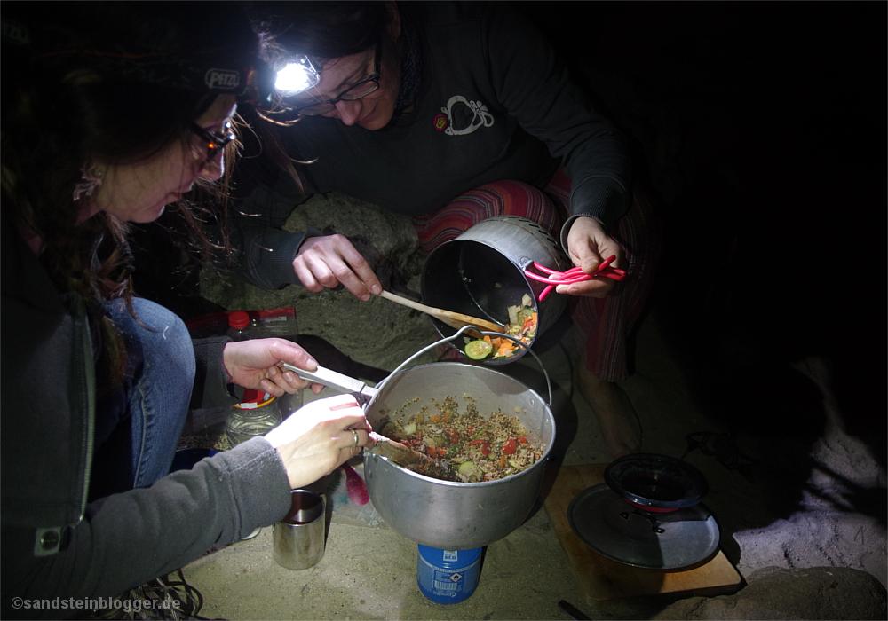 Zwei Frauen mischen Gemüse in den Quinoa-Topf