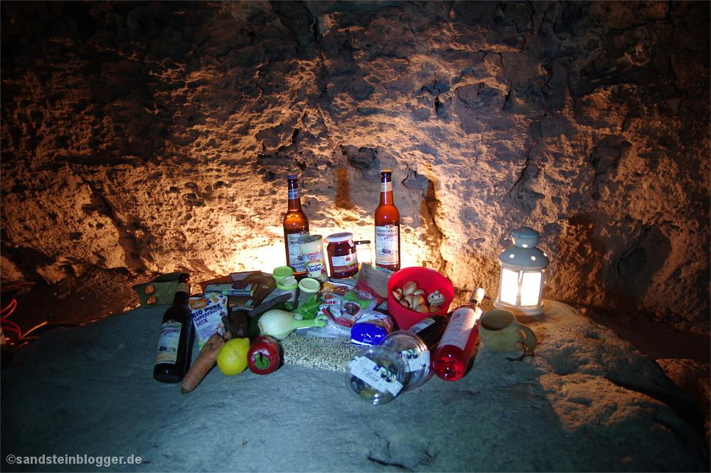 Zutaten für Quinoa auf einem Felsblock angerichtet